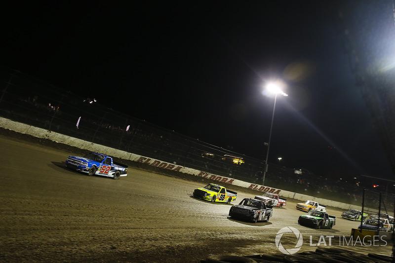 Stewart Friesen, Elaine Larsen Motorsports Chevrolet, Christopher Bell, Kyle Busch Motorsports Toyota, y Matt Crafton, ThorSport Racing Toyota