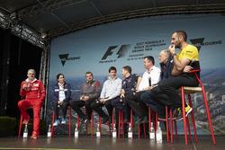 Керівник Ferrari Мауріціо Аррівабене, керівник Sauber Моніша Кальтенборн, керівник Haas F1 Team Гюнтер Штайнер, керівник Mercedes AMG Тото Вольфф, керіник Red Bull RacingКрістіан Хорнер, спортивний директор McLaren Ерік Бульє, керівник Scuderia Toro Rosso