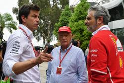 Toto Wolff y Mercedes AMG F1 Director de Motorsport, Maurizio Arrivabene director del equipo Ferrari, Niki Lauda, Presidente de Mercedes AMG F1 no ejecutivo