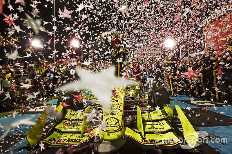 5. Simon Pagenaud, Team Penske Chevrolet celebra en victory lane