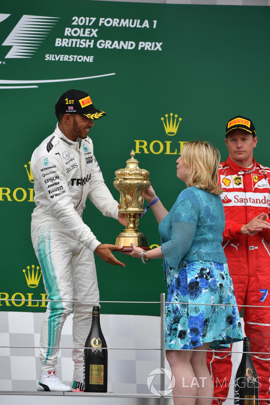 Lewis Hamilton, Mercedes AMG F1 riceve il trofeo da Karen Bradley MP, Segretario di Stato per la Cultura, i Media e lo Sport