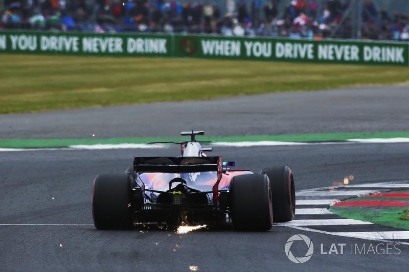 Vuelan chispas desde el coche de Daniil Kvyat, Scuderia Toro Rosso STR12
