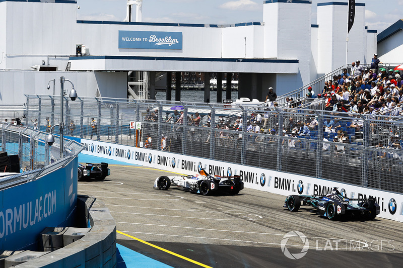 Loic Duval, Dragon Racing, leads Adam Carroll, Jaguar Racing