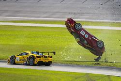 Choque del #124 Ferrari of Long Island Ferrari 488 Challenge: Jerome Jacalone