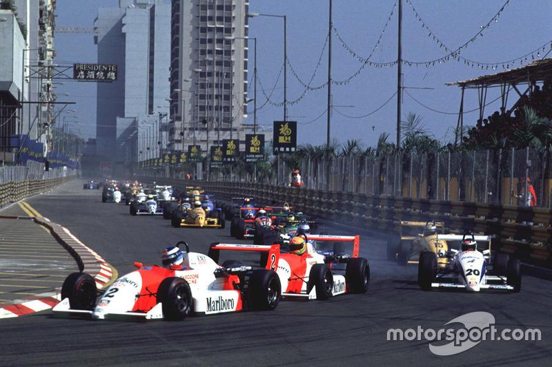 Start: Mika Häkkinen führt vor Eddie Irvine und Michael Schumacher at the start of the race