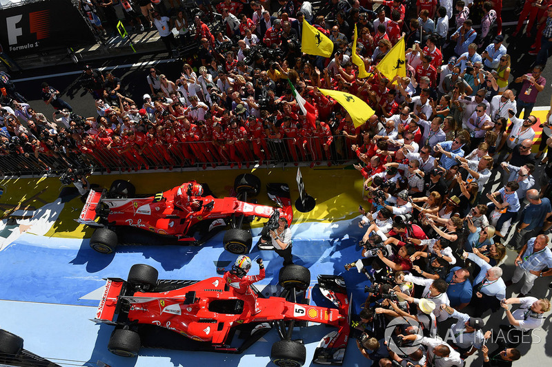 Ganador de la carrera Sebastian Vettel, Ferrari y el segundo lugar Kimi Raikkonen, Ferrari celebran en parc ferme