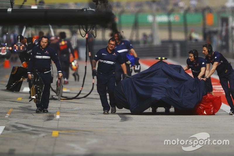 Des mécaniciens Sauber s'occupent de la voiture d'Antonio Giovinazzi