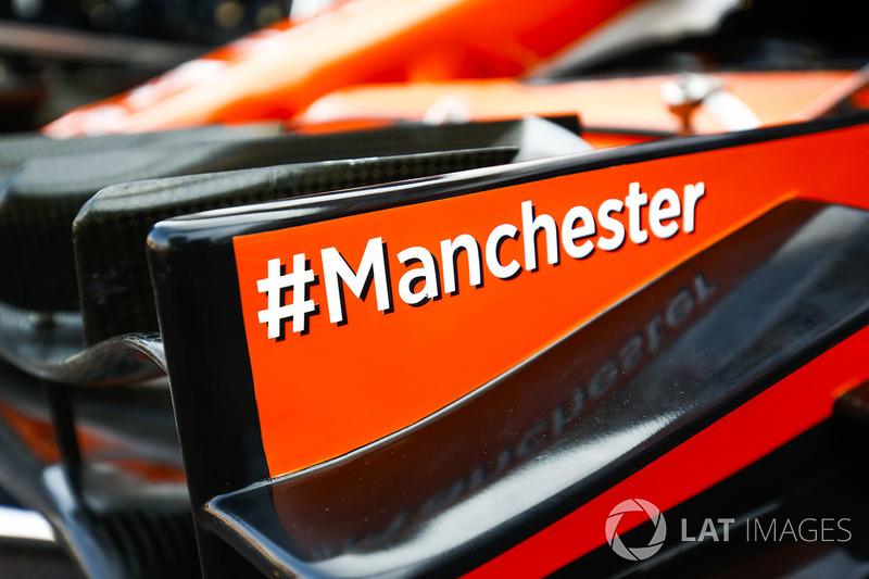 Хештег на підтримку Манчестера на передньому антикрилі McLaren MCL32