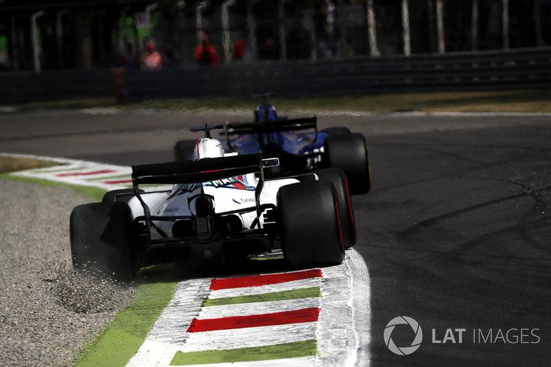 Felipe Massa, Williams FW40 runs wide into the gravel