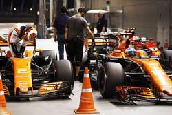 Stoffel Vandoorne, McLaren, Fernando Alonso, McLaren, in Parc Ferme