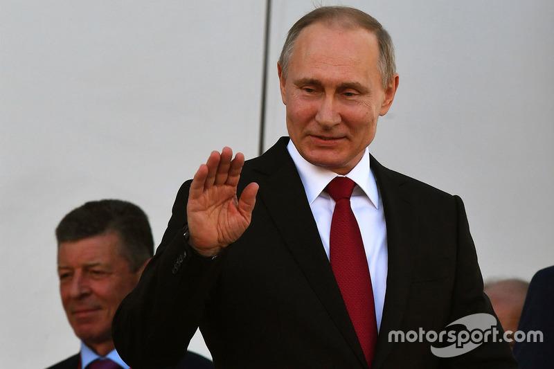 El presidente de Rusia, Vladimir Putin ha estado en el podio del GP de Rusia premiando a los pilotos.