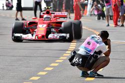 Kimi Raikkonen, Ferrari SF70-H, et un photographe