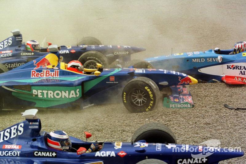 Kecelakaan: Jarno Trulli, Olivier Panis, Prost AP01; Johnny Herbert, Sauber, dan Alexander Wurz, Benetton