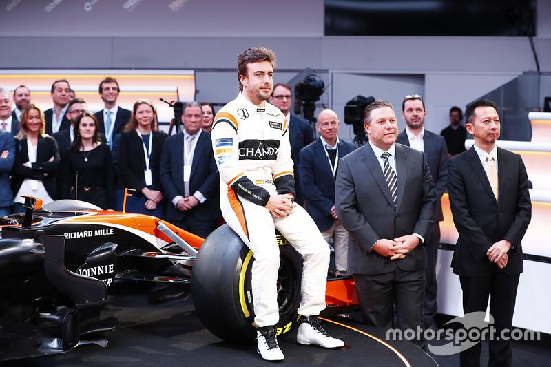 Fernando Alonso, Zak Brown, Yusuke Hasegawa und der McLaren MCL32