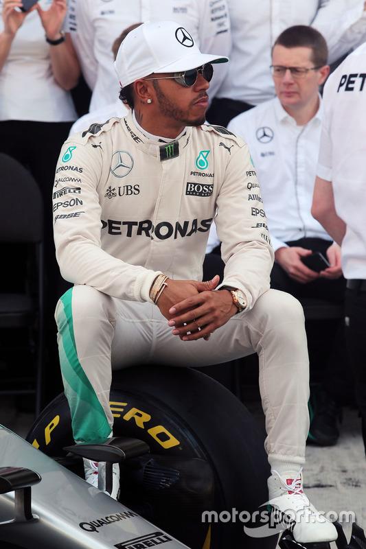 Lewis Hamilton, Mercedes AMG F1 en una fotografía de equipo
