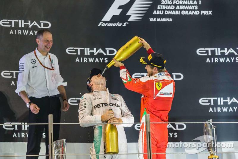 Podio:segundo lugar Nico Rosberg, Mercedes AMG F1 y el tercer lugar Sebastian Vettel, Ferrari celebran con champaña