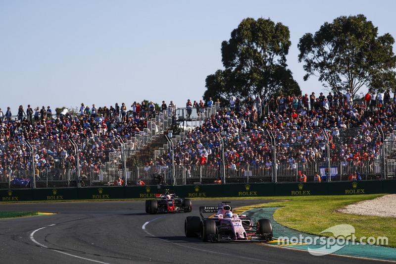 Sergio Perez, Force India VJM10; Kevin Magnussen, Haas F1 Team VF-17