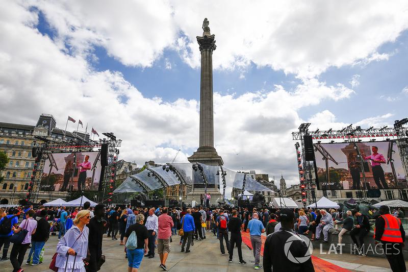 Los aficionados se reúnen para el entretenimiento alrededor de Nelsons Column
