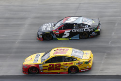 Joey Logano, Team Penske, Ford; Kasey Kahne, Hendrick Motorsport,s Chevrolet