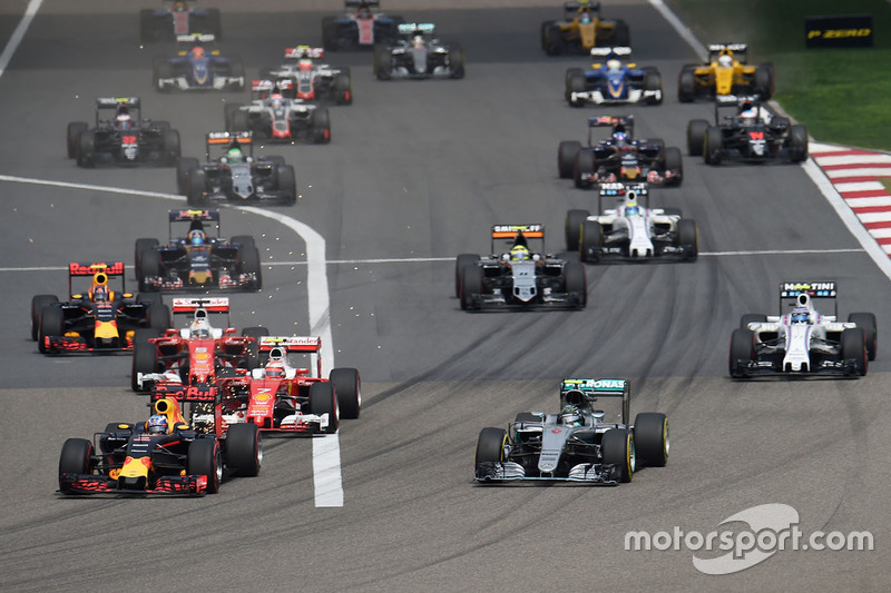 Daniel Ricciardo, Red Bull Racing RB12 and Nico Rosberg, Mercedes AMG F1 Team W07 lead at the start of the race