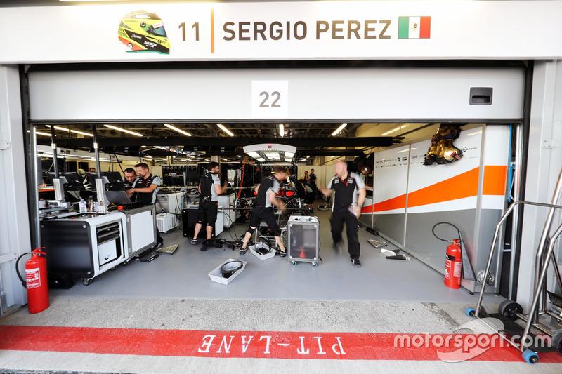 La reparación del Sahara Force India F1 Team el Sahara Force India F1 VJM09 de Sergio Pérez, antes de calificar