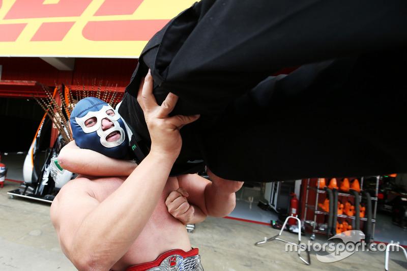 Sergio Perez, Sahara Force India F1 con Blue Demon Jr., Luchador e Wrestler