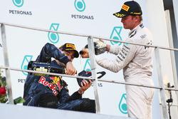 Переможець гонки Даніель Ріккардо, Red Bull Racing святкує на подіумі із Ніко Росбергом, Mercedes A