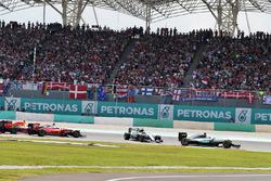 Льюіс Хемілтон, Mercedes AMG F1 W07 Hybrid лідирує попереду зіткнення між Ніко Росбергом, Mercedes A