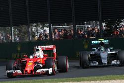 Sebastian Vettel, Ferrari SF16-H y Nico Rosberg, Mercedes AMG F1 Team W07