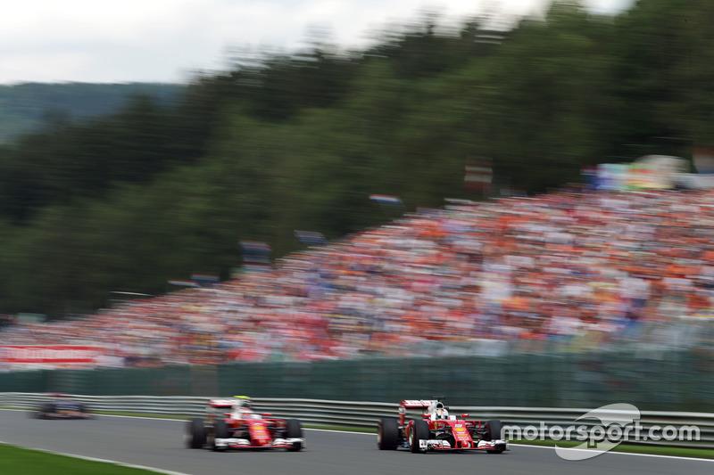 (Da sx a dx): Kimi Raikkonen, Ferrari SF16-H con il compagno di squadra Sebastian Vettel, Ferrari SF16-H