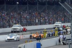 Фернандо Алонсо, Andretti Autosport Honda, та решта пелотону очікують завершення періоду червоних прапорів.