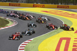 Sebastian Vettel, Ferrari SF70H, Lewis Hamilton, Mercedes AMG F1 W08, the rest of the field at the start as Kimi Raikkonen, Ferrari SF70H, Max Verstappen, Red Bull Racing RB13, get tangled and end up retiring