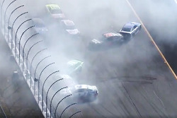 Kevin Harvick, Stewart-Haas Racing Ford, Martin Truex Jr., Furniture Row Racing Toyota, Dale Earnhardt Jr., Hendrick Motorsports Chevrolet in un incidente