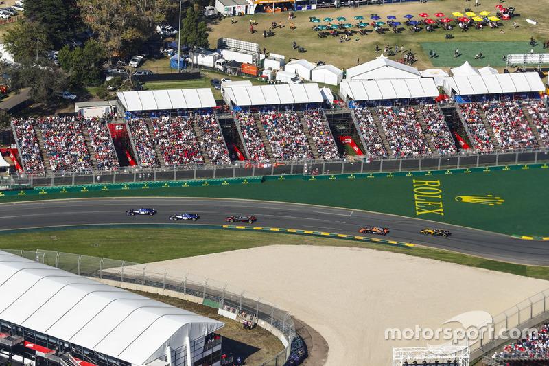 Marcus Ericsson, Sauber C36, leads Antonio Giovinazzi, Sauber C36, Kevin Magnussen, Haas F1 Team VF-17, Stoffel Vandoorne, McLaren MCL32, and Jolyon Palmer, Renault Sport F1 Team RS17