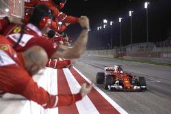 Temporada 2017 F1-bahrain-gp-2017-race-winner-sebastian-vettel-ferrari-sf70h