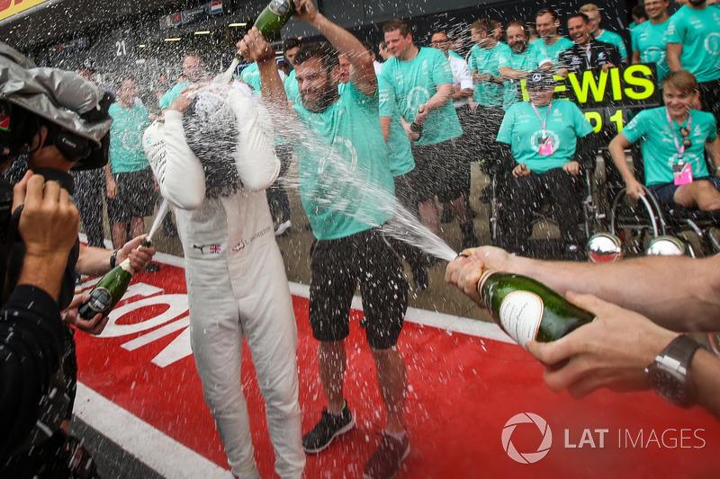 1. Lewis Hamilton, Mercedes AMG F1, mit Billy Monger