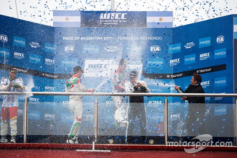 Podio: ganador Norbert Michelisz, Honda Racing Team JAS, segundo lugar Tiago Monteiro, Honda Racing Team JAS, tercer lugar Thed Björk, Polestar Cyan Racing