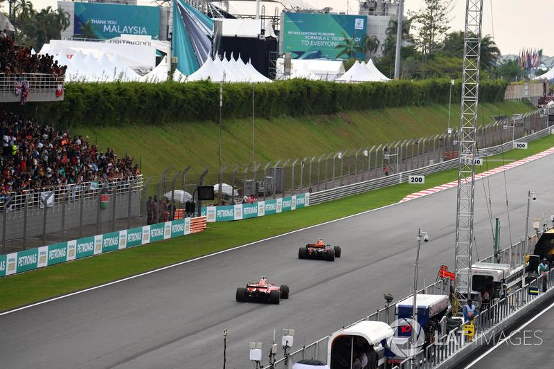 Daniel Ricciardo, Red Bull Racing RB13 ve Sebastian Vettel, Ferrari SF70H