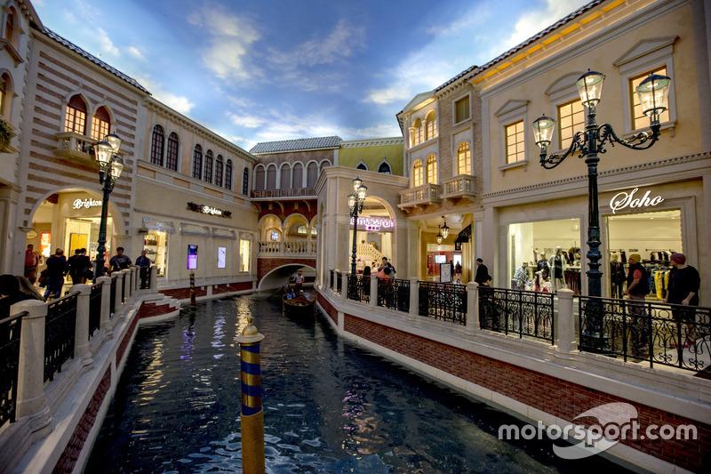 Un canal y la góndola entre tiendas en Las Vegas