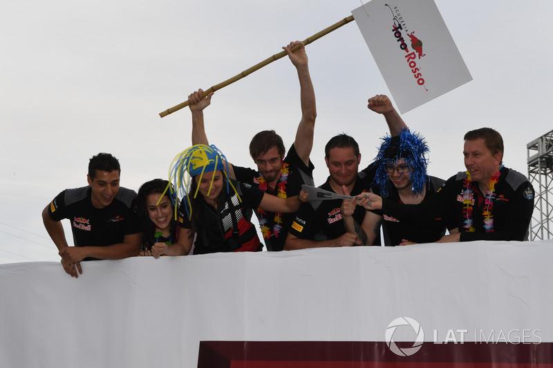 Команда Scuderia Toro Rosso в гонке на плотах