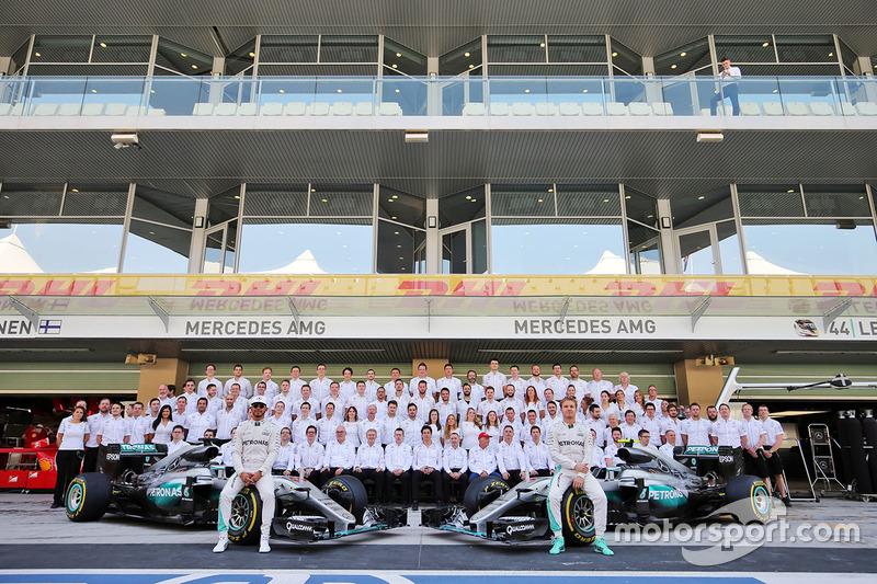 Lewis Hamilton, Mercedes AMG F1 y su compañero Nico Rosberg, Mercedes AMG F1 en una fotografía de equipo
