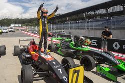 Il vincitore della gara Max Fewtrell, Tech 1 Racing