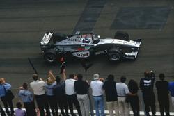 Mika Hakkinen,McLaren MP4/14 Mercedes-Benz, fête la victoire à l'arrivée