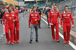 Sebastian Vettel, Ferrari, Maurizio Arrivabene, Ferrari director del equipo, Gino Rosato, Ferrari y Riccardo Adami, Ferrari ingeniero de carrera camina por el circuito