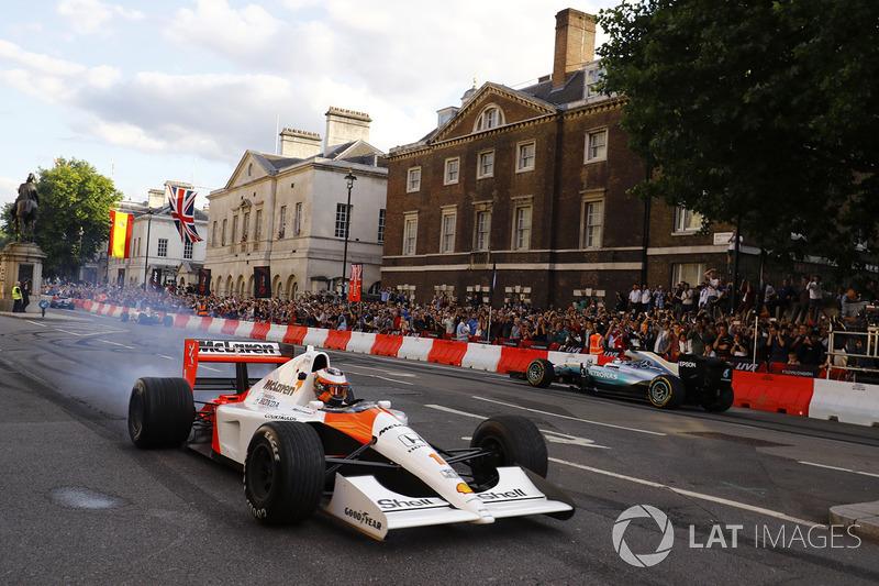 Stoffel Vandoorne, McLaren MP4/6 ve Valtteri Bottas, Mercedes AMG F1 W08