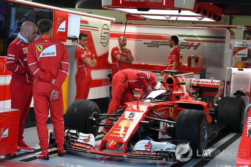 Себастьян Феттель, Ferrar, дивиться на болід Ferrari SF70H, з Щитом