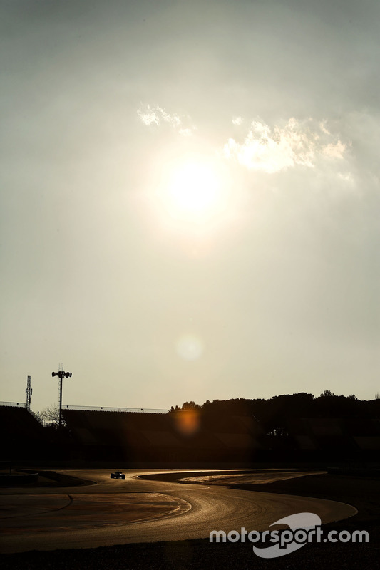 Action beim Test während des Sonnenuntergangs