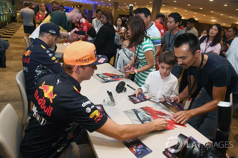 Max Verstappen, Red Bull Racing, und Daniel Ricciardo, Red Bull Racing, geben Autogramme