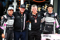 Sergio Perez, Sahara Force India F1, Lutz Huebner, jefe de marketing de BWT; Otmar Szafnauer, Sahara Force India F1 y Esteban Ocon, Sahara Force India F1 Team