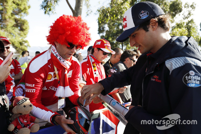 Carlos Sainz Jr., Scuderia Toro Rosso, schreibt Autogramme